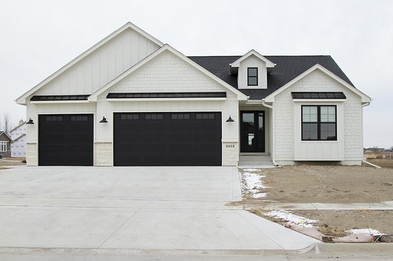 Oakstone homes modern farmhouse hallmark floors alta for Modern farmhouse garage doors